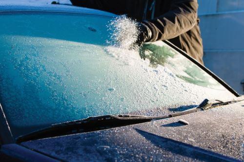 Что предпринимать, если автомобильные стекла замерзли